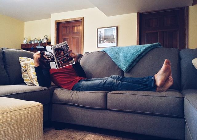 člověk, časopis, pohovka, deka