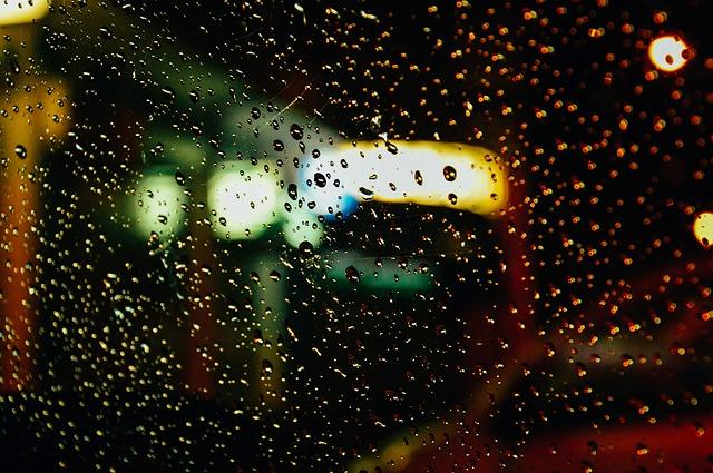 dešťové kapky na skle.jpg