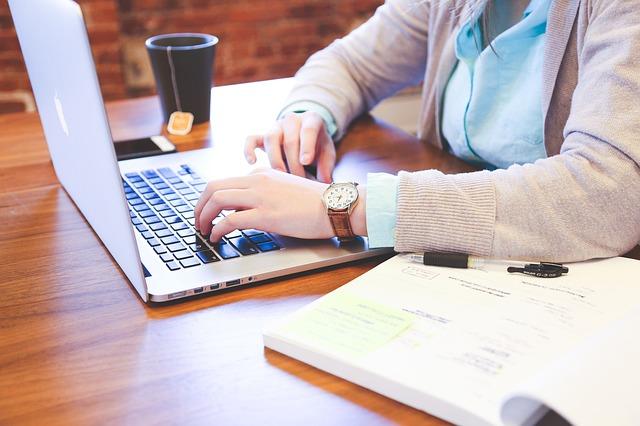 ruka s klávesnicí