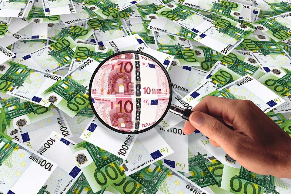 peníze pod lupou